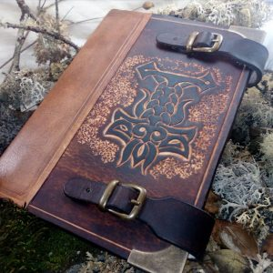 grimoire cuir sculpté leather craft carving symbole sorcery sorcière witchcraft magic spellbook mjolnir marteau de thor odin hammer of thor thors hammer symbole viking