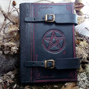 grimoire cuir sculpté leather craft carving symbole sorcery sorcière witchcraft pentagramme pentagram magic spellbook