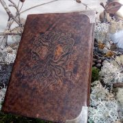 grimoire cuir sculpté leather craft carving symbole sorcery sorcière witchcraft arbre de vie yggdrasil magic spellbook